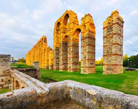 acueducto: Acueducto de los Milagros - Roman aqueduct in Merida, Spain