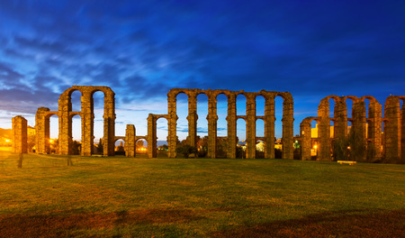 acueducto: Acueducto de los Milagros in night time. Merida, Spain