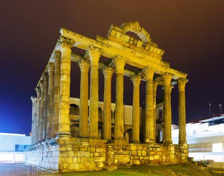 Roman temple: Templo romano antiguo en la noche. M�rida