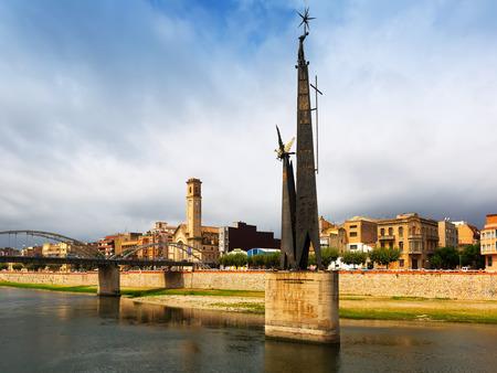 ebro: Veduta di Tortosa. Monumento alla battaglia dell'Ebro al fiume