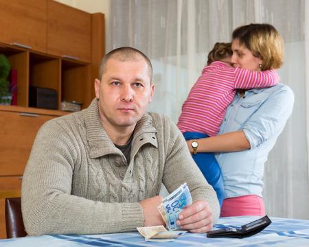 un homme triste: Famille de quatre personnes avec des enfants ayant des probl�mes financiers Banque d'images