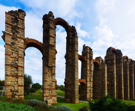 acueducto: Day view of Acueducto de los Milagros - Roman aqueduct. Merida, Spain Stock Photo