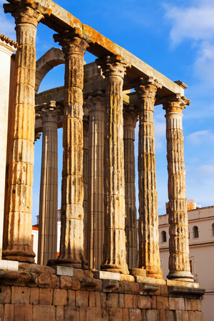 templo romano: Vista de cerca del antiguo templo romano en M�rida, Espa�a