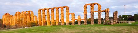 acueducto: Panorama of Acueducto de los Milagros - Roman aqueduct. Merida, Spain