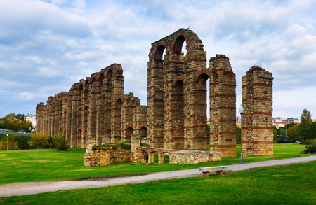acueducto: Day view of old roman aqueduct at Merida. Spain