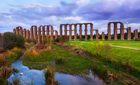 acueducto: Dusk view of Acueducto de los Milagros - Roman aqueduct. Merida, Spain Stock Photo