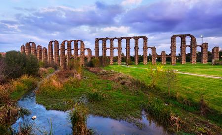 acueducto: Dusk view of Acueducto de los Milagros - Roman aqueduct. Merida, Spain Stock Photo