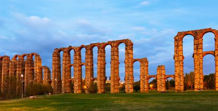 acueducto: antique  Roman Aqueduct of Merida in  twilight. Spain Stock Photo