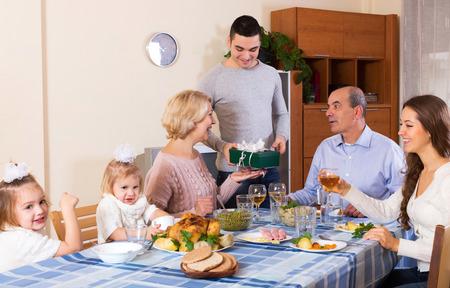familia unida: Gran familia sonriendo celebra cumplea�os en la cena festiva Foto de archivo