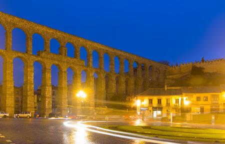 acueducto: ancient  roman aqueduct  in autumn night. Segovia, Spain Stock Photo