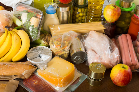 abastecimiento: Disposici�n con verduras y carne para la familia moderado en casa