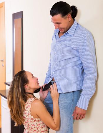 position d amour: Belle femme heureuse séduire bel homme intérieure