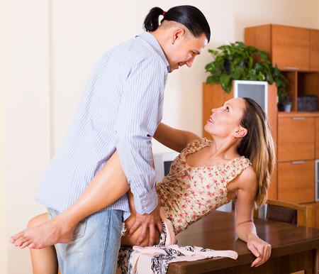 sex: Passionate volwassen paar liefhebbers seks op tafel thuis Stockfoto
