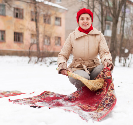 Lachelnde Frau Reinigt Roten Teppich Mit Schnee Im Winter Tag Im