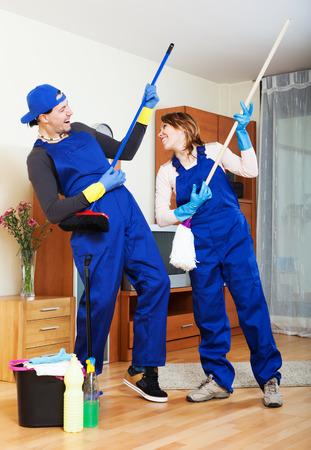 cleaning team: Sonriendo equipo de limpieza en uniforme est� listo para trabajar Foto de archivo