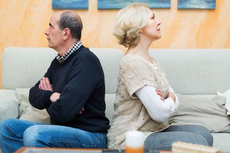 querelle de famille. Upset femelle adulte contre l'homme des personnes âgées à la maison. Focus sur la femme