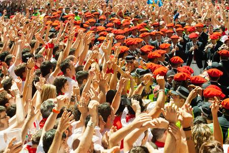 begining: PAMPLONA, SPAGNA - 6 luglio: Inizio di San Fermin festa in 6 LUGLIO 2013 a Pamplona, ??in Spagna. Felice folla di persone a Ayuntamiento