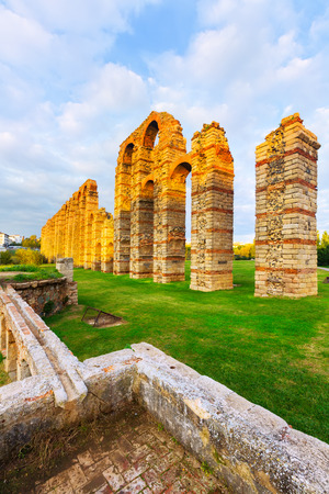 acueducto: antique  Roman Aqueduct of Merida in  evening lights. Spain Stock Photo