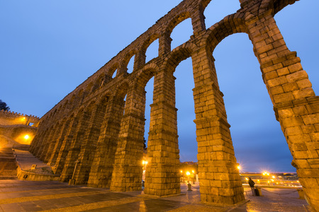 acueducto: wide angle shot of   Roman Aqueduct in morning time. Segovia, Spain Stock Photo