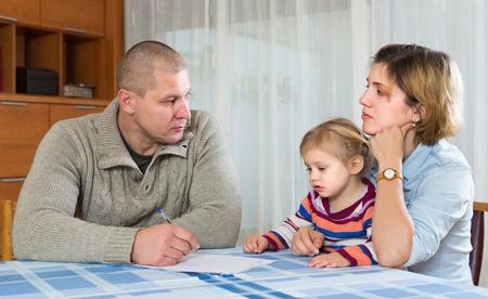 Serious parents discussing parental guardianship before divorce Foto de archivo