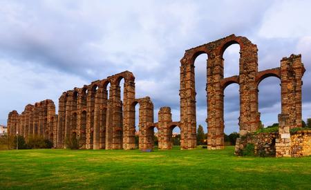 acueducto: twilight view  old roman aqueduct at Merida. Extremadura, Spain Stock Photo
