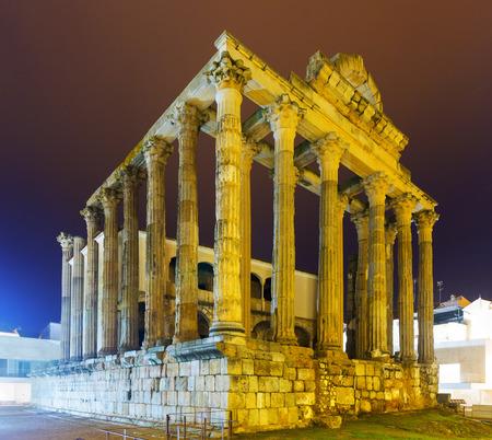 templo romano: Templo romano antiguo en la noche. Mérida, España Foto de archivo