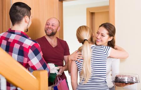 Warme vergadering van vrienden voor een feestje Stockfoto