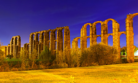 acueducto: Roman Aqueduct of Merida in evening time. Extremadura, Spain