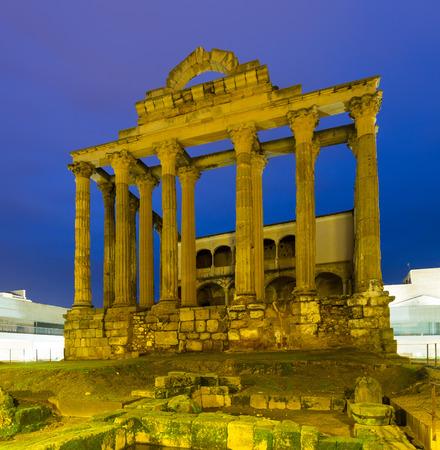 templo romano: Templo romano antiguo de Diana en la noche. M�rida, Espa�a Foto de archivo