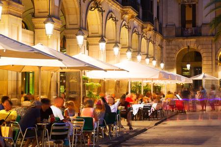 Restaurants im Freien am Placa Reial in der Nacht. Barcelona