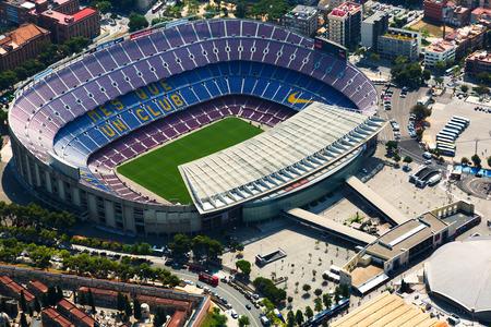 cenital: BARCELONA, ESPAÑA - 01 de agosto 2014: Vista aérea del Camp Nou - estadio más grande de Barcelona Editorial