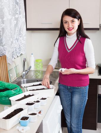 siembra: semillas siembra mujer en la cocina de casa