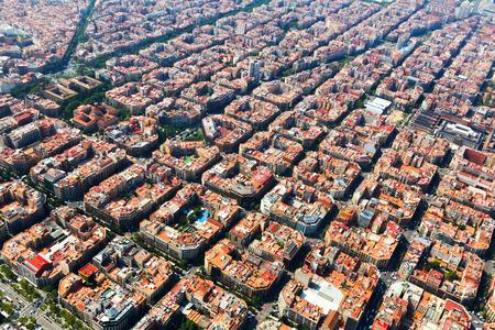 Eixample 地区の住宅街に典型的な建物の空撮。バルセロナ、カタルーニャ