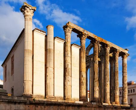 Roman temple: Vista lateral del antiguo templo romano en M�rida, Espa�a