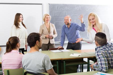 salle de classe: étudiants heureux t'chat lors de la session de formation pour les employés pendant la pause dans la classe