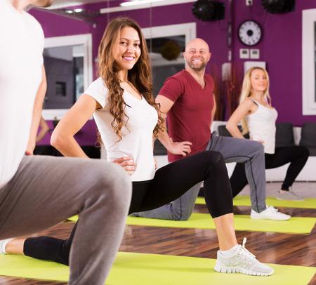 adult learners: Entrenador de la aptitud que muestra a adulto Estudiantes de nuevo ejercicio en la clase Foto de archivo