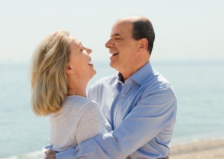Šťastné věku milenci laughting venkovní na moře Reklamní fotografie