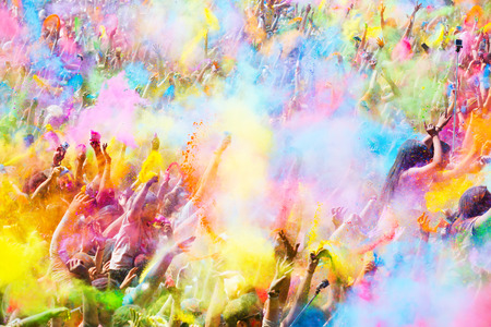 barcelone: BARCELONA, SPAIN - Le 12 avril 2015: Les gens heureux pendant le festival de couleurs Holi Barcelone. Holi est la f�te traditionnelle de l'Inde