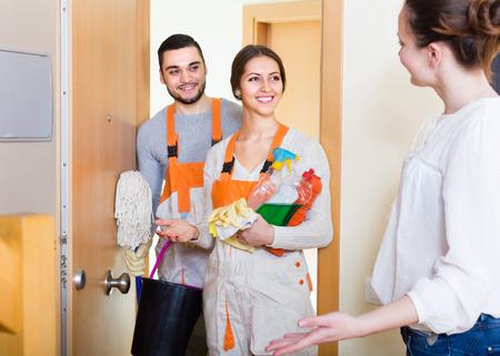cleaning team: Mujer alegre equipo de servicio de limpieza saludo celebraci�n limpiadores. Centrarse en la ni�a Foto de archivo