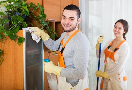 servicio domestico: Locales Limpieza equipo feliz en uniforme est� lista para trabajar