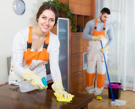 Nettoyage des locaux équipe souriante est prêt à travailler dans la chambre