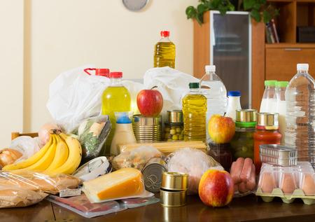 produits alimentaires: Nature morte avec des denrées alimentaires de supermarché sur la table à l'intérieur