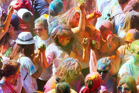colores: BARCELONA, SPAIN - APRIL 12, 2015: People at  Festival de los colores Holi in Barcelona Editorial