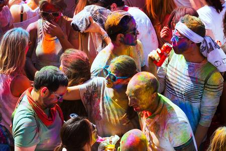 colores: BARCELONA, SPAIN - APRIL 12, 2015: People at  Festival de los colores Holi Editorial