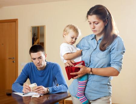 hombre preocupado: Los problemas financieros tienen el hombre y la mujer con el beb�