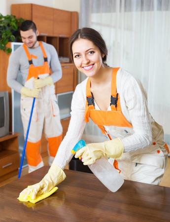 cleaning team: Instalaciones de limpieza de equipo positivo est� listo para trabajar en la habitaci�n Foto de archivo