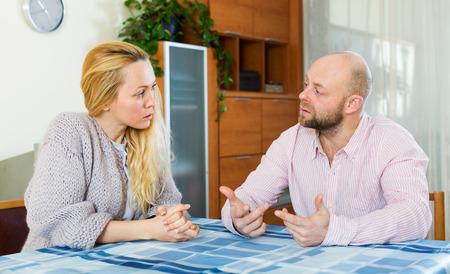 Serious Paar im Gespräch in home interior Lizenzfreie Bilder