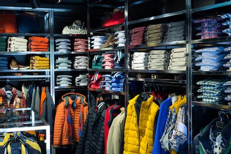 Modische Bekleidung Shop mit Männern Shirts