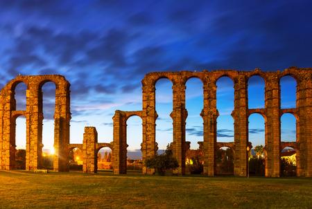 acueducto: old Roman Aqueduct of Merida in  twilight. Spain Stock Photo