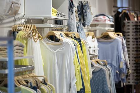vrouwelijke casual kleding te koop in boutique Stockfoto